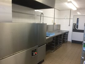 Dishwash pre-rinse station and dishwasher inlet roller conveyor
